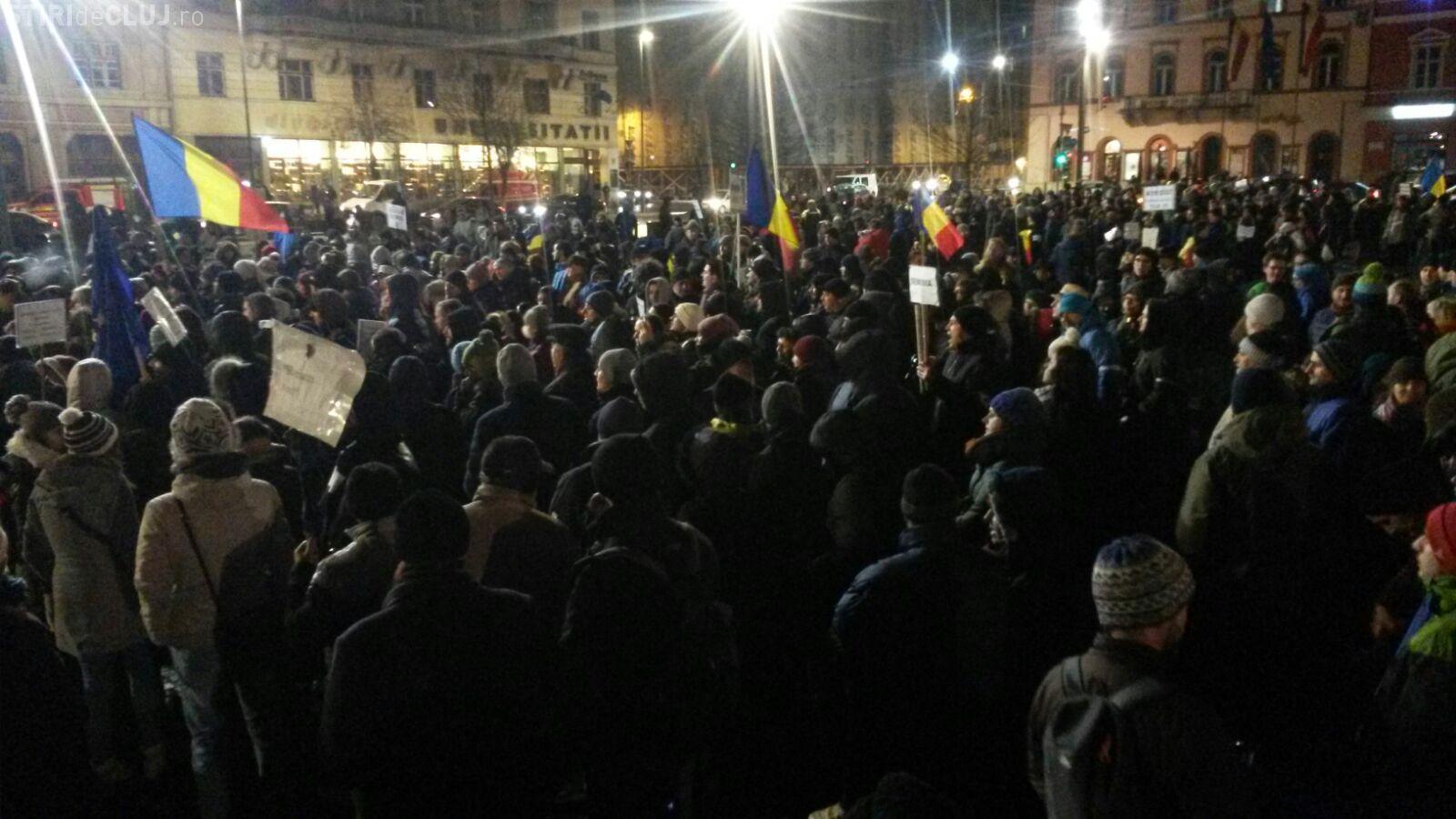 Ziua zece de proteste la Cluj! Peste 3.000 de oameni au ieșit în Piața Unirii FOTO/VIDEO
