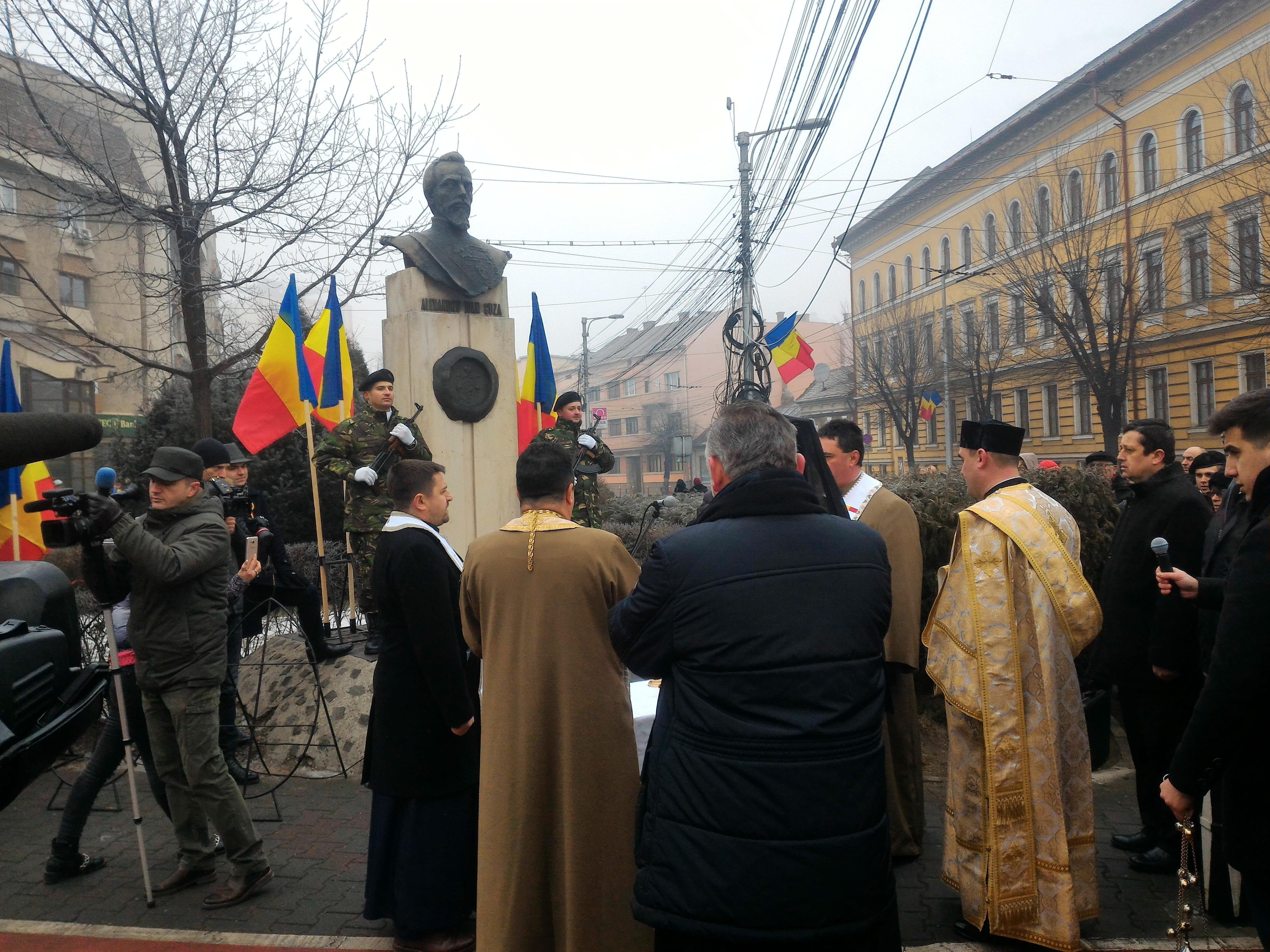 Hora Unirii în centrul Clujului. Politicienii n-au prea dat mână cu mână - FOTO