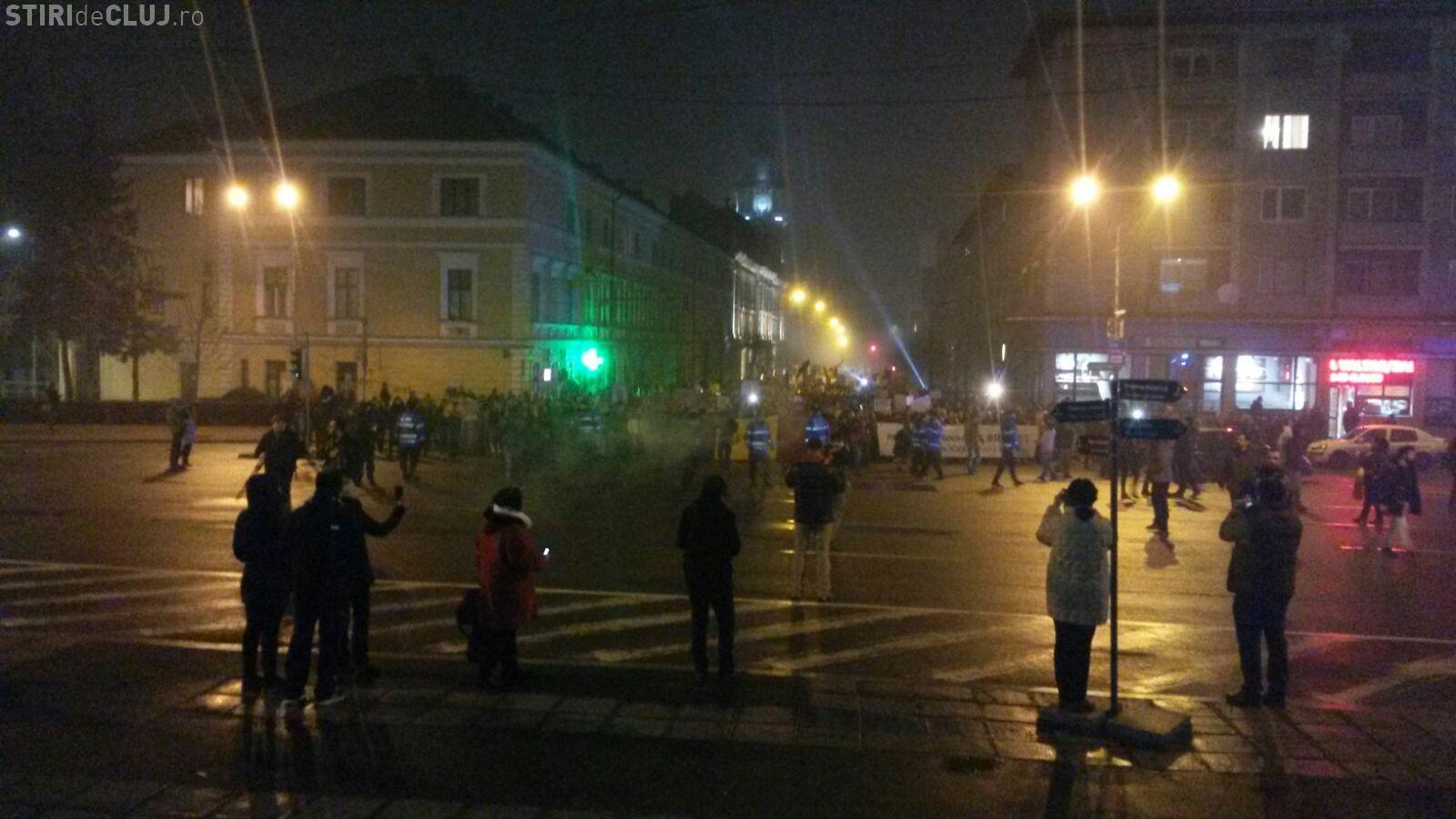 "Moment special la protestul din Cluj! Manifestanții au aprins lumina: ""Ne-am trezit!"" VIDEO"