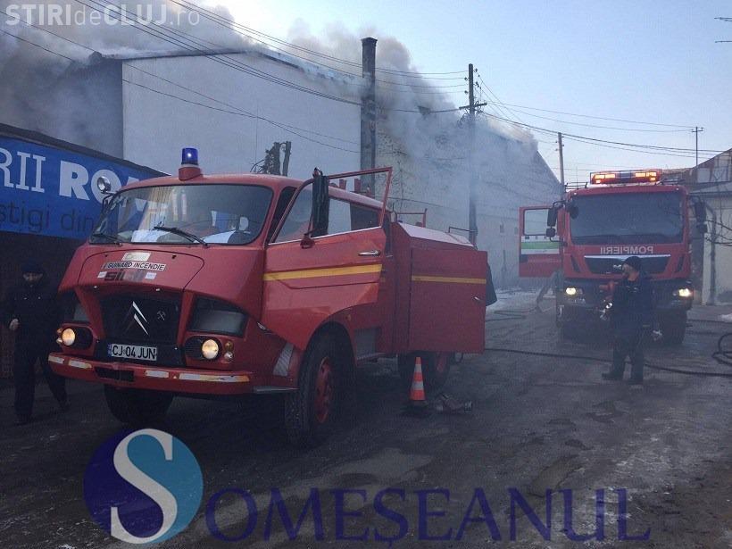 CLUJ: Incendiu cu victime la un magazin de mobilă din Gherla. Un bărbat a sărit de la mansardă VIDEO