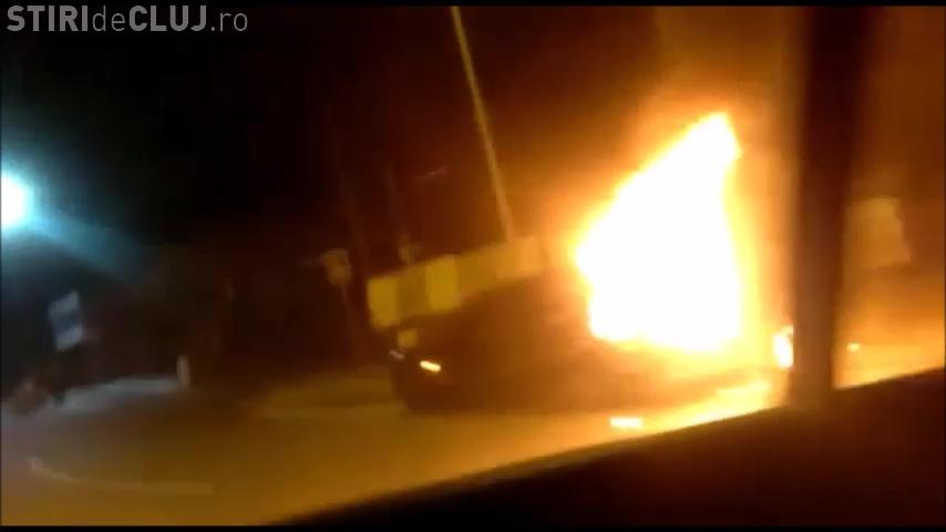 O mașină a luat foc pe Calea Turzii, la sensul giratoriu spre Făget - VIDEO