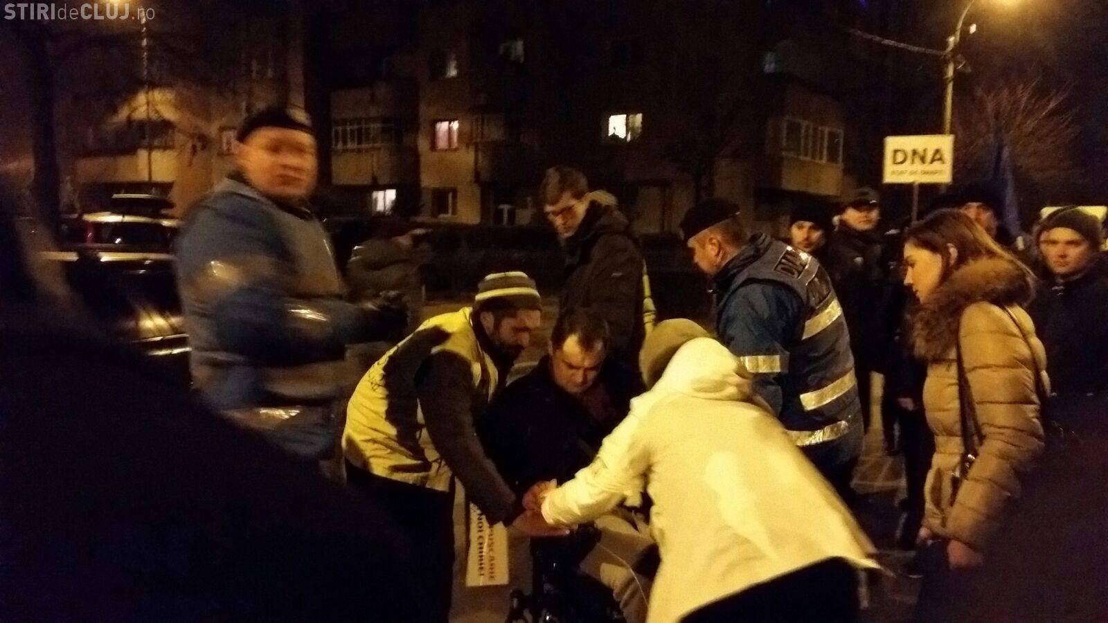 Incident la protestele de la Cluj! Unul dintre eroii protestelor a fost luat de Ambulanță - FOTO