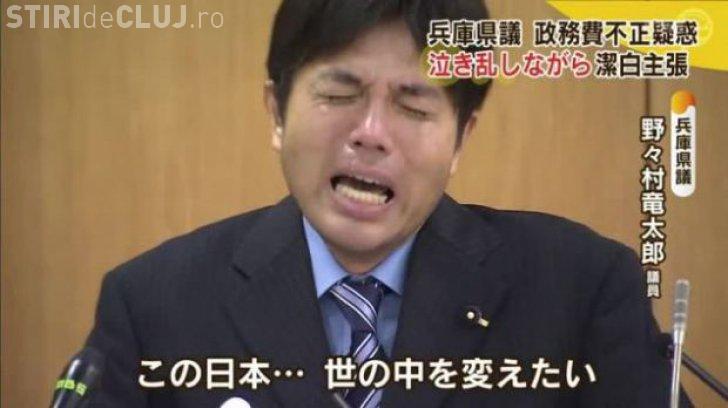 Cum își cere scuze un parlamentar japonez, acuzat de corupție. A plâns în hohote în fața jurnaliștilor VIDEO