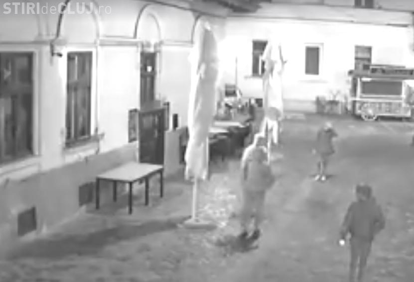 Tâlhărie în centrul Clujului, surprinsă în imagini! Un clujean este bătut și jefuit de trei persoane VIDEO