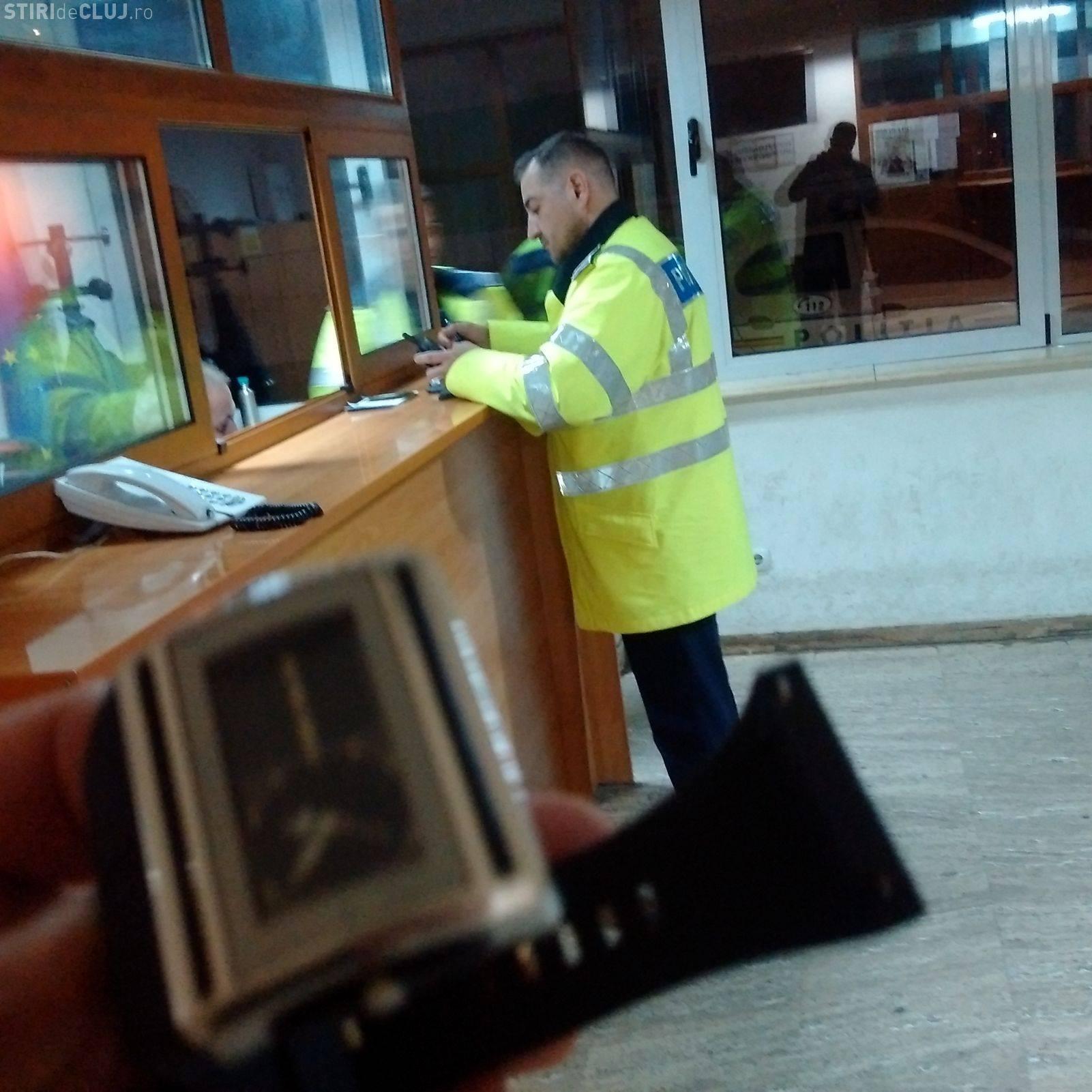 ABUZ al Poliției Cluj! Tânăr încătușat și ARESTAT pentru că a trecut strada pe ROȘU. Polițiștii au refuzat legitimarea. Cum îi identificăm? - FOTO