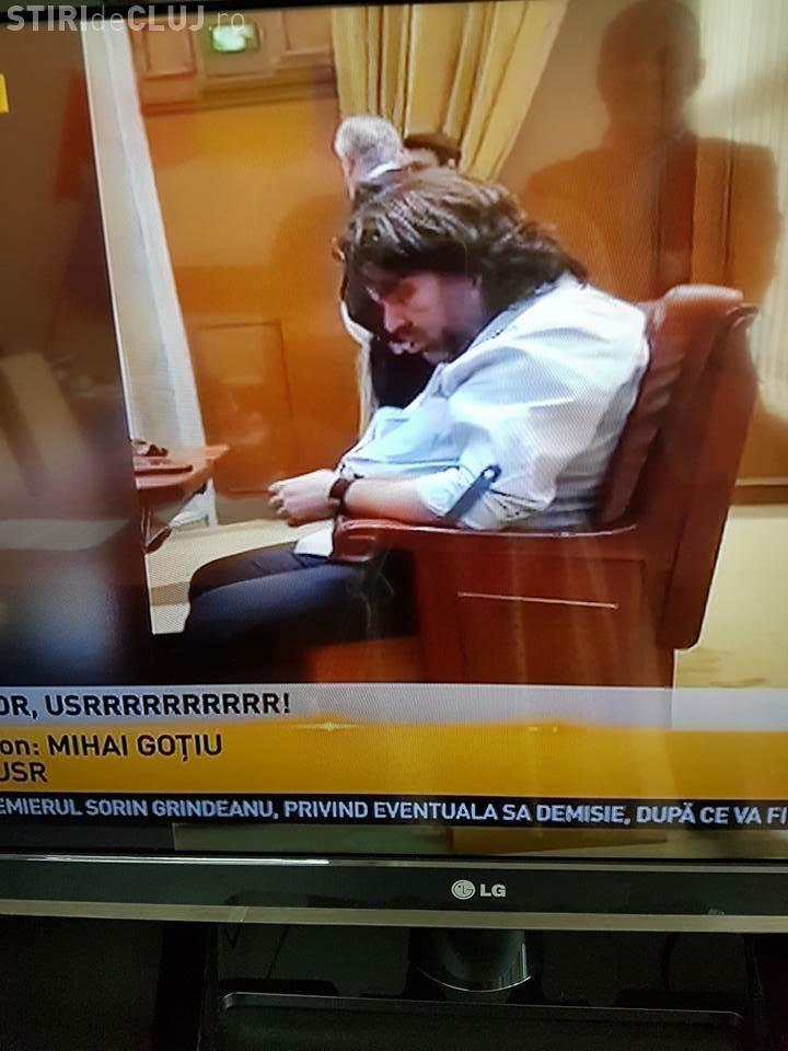 Mihai Goţiu se autosancţionează, după ce a fost filmat dormind în ședința Senatului