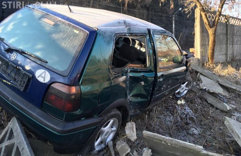 Cluj - A rupt un gard din cauza vitezei. Mașina e distrusă - FOTO