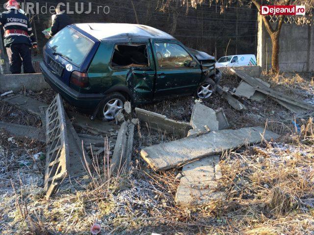 CLUJ: Accident rutier pe o stradă din Dej. Un șofer a făcut praf gardul unei fabrici FOTO
