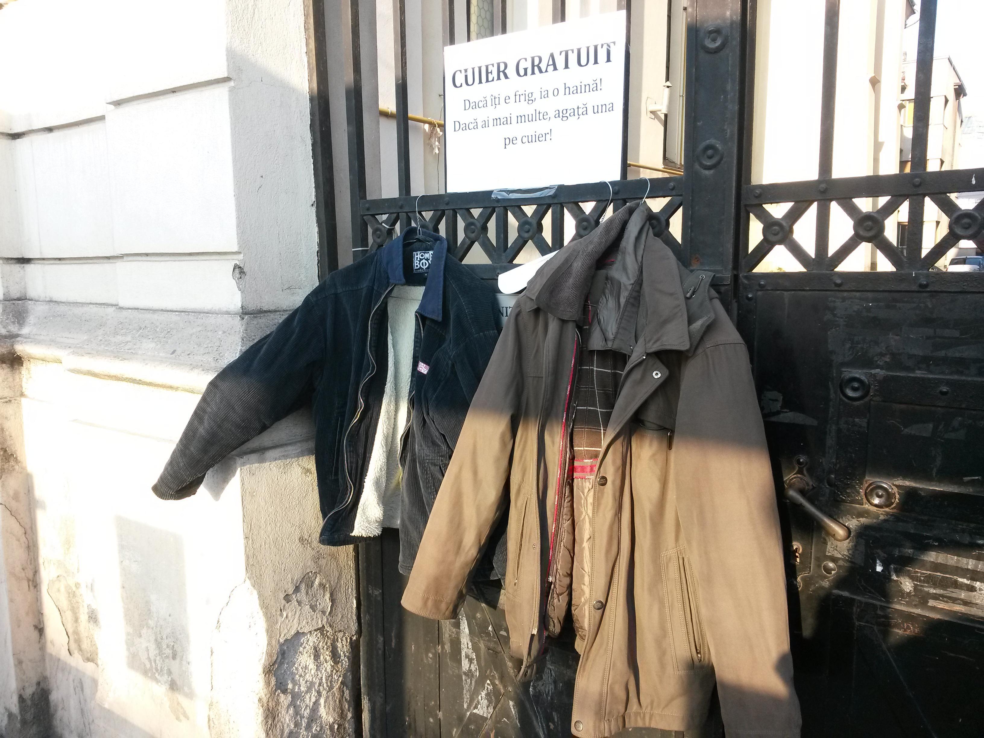 """Cluj - Cuier gratuit cu haine groase: """"Dacă îți e frig, ia o haină!"""" - VIDEO"""