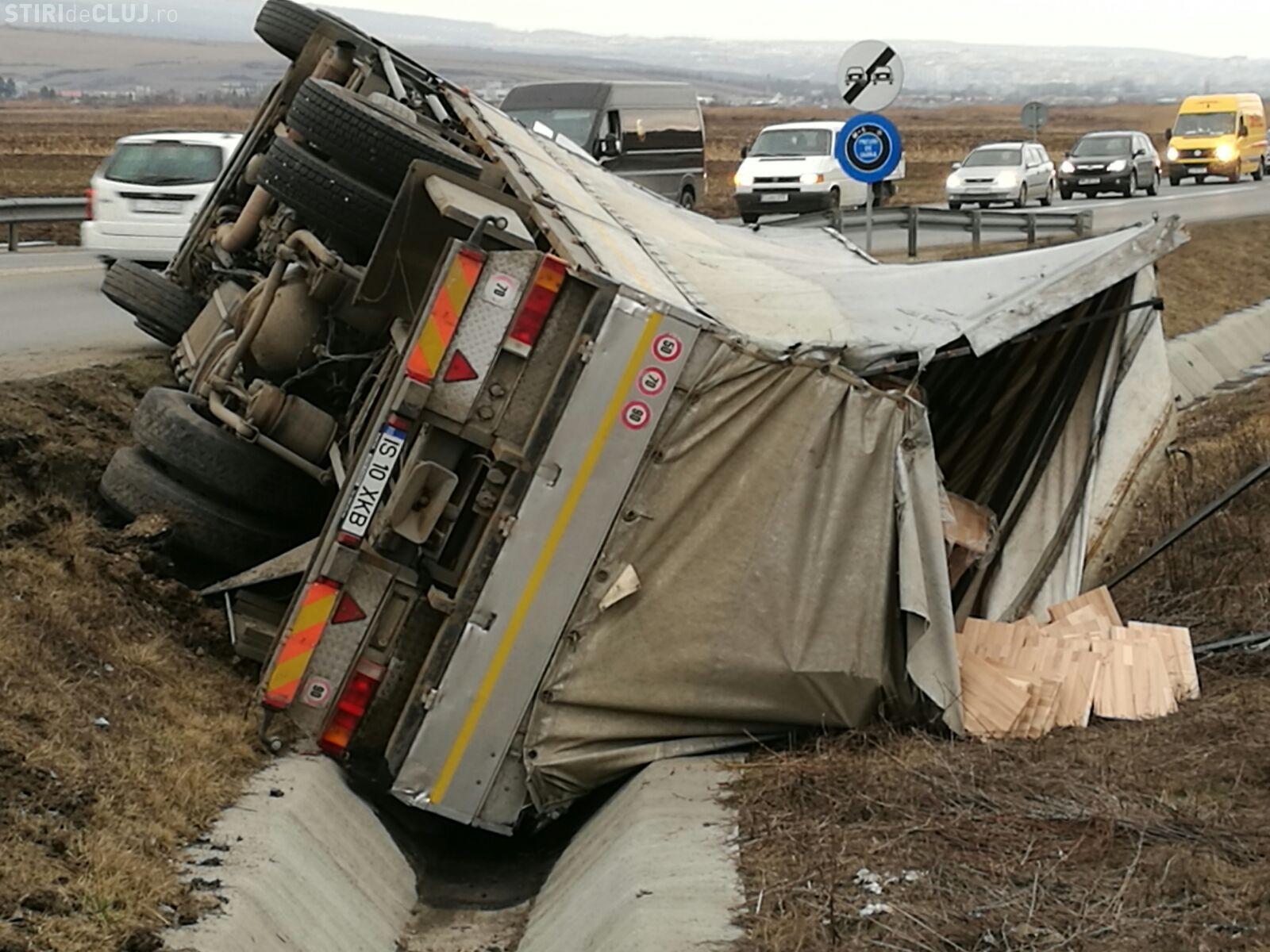 Accident pe centura Vâlcele-Apahida. Un TIR plin cu paleți de lemn s-a răsturnat în șanț FOTO