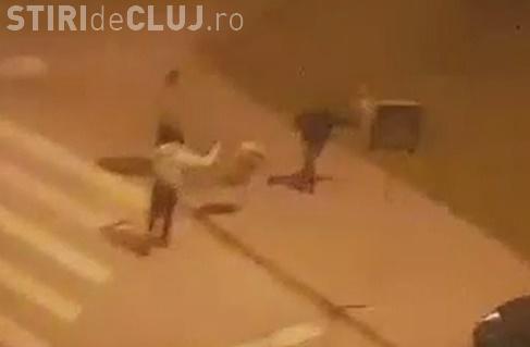 Huligani în acțiune la Cluj! Trei tineri au fost filmați în timp ce distrugeau cu sălbăticie un coș de gunoi VIDEO