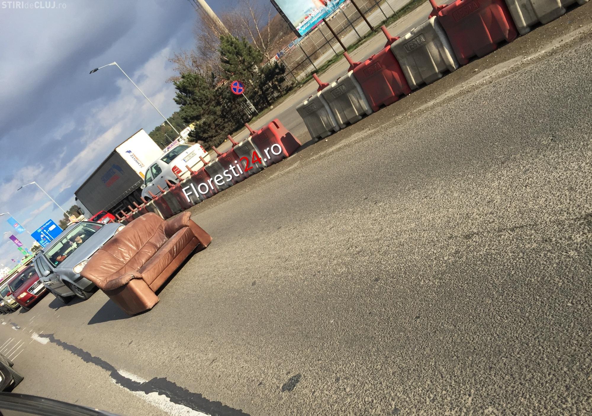"""O canapea a """"blocat"""" traficul spre Florești, în zona Vivo - FOTO"""