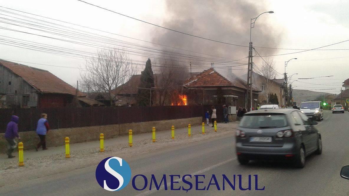Incendiu la o casă din Apahida. O familie s-a trezit cu acoperișul în flăcări VIDEO
