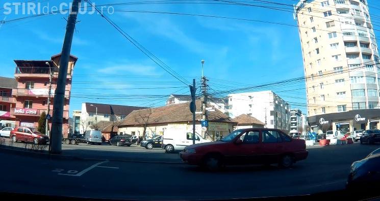 Cluj-Napoca - Nu a tras frâna de mână și mașina a pornit în intersecție - VIDEO