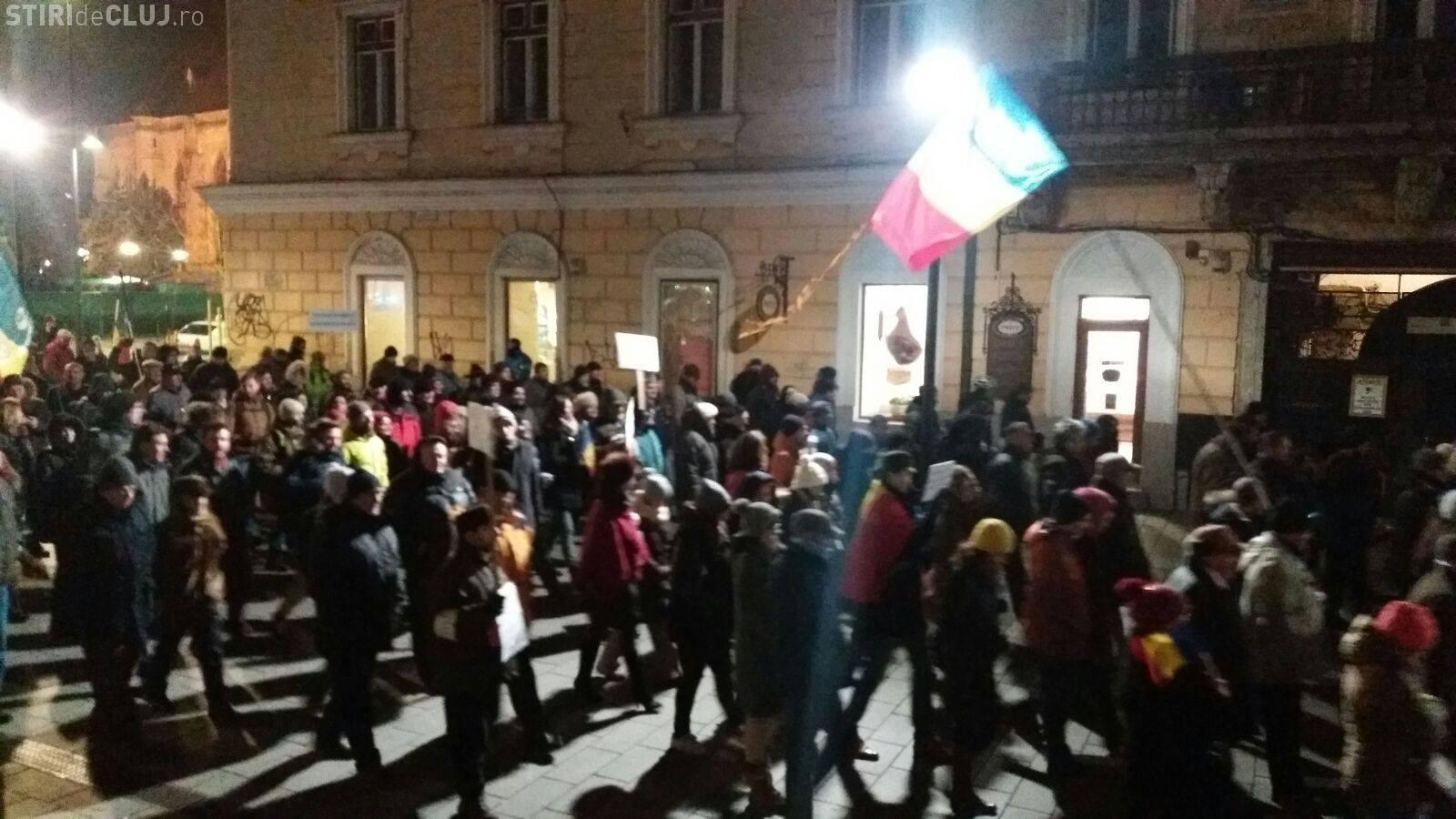 Protestele continuă la Cluj! Sute de clujeni înfruntă frigul. Au venit cu un banner sugestiv - FOTO