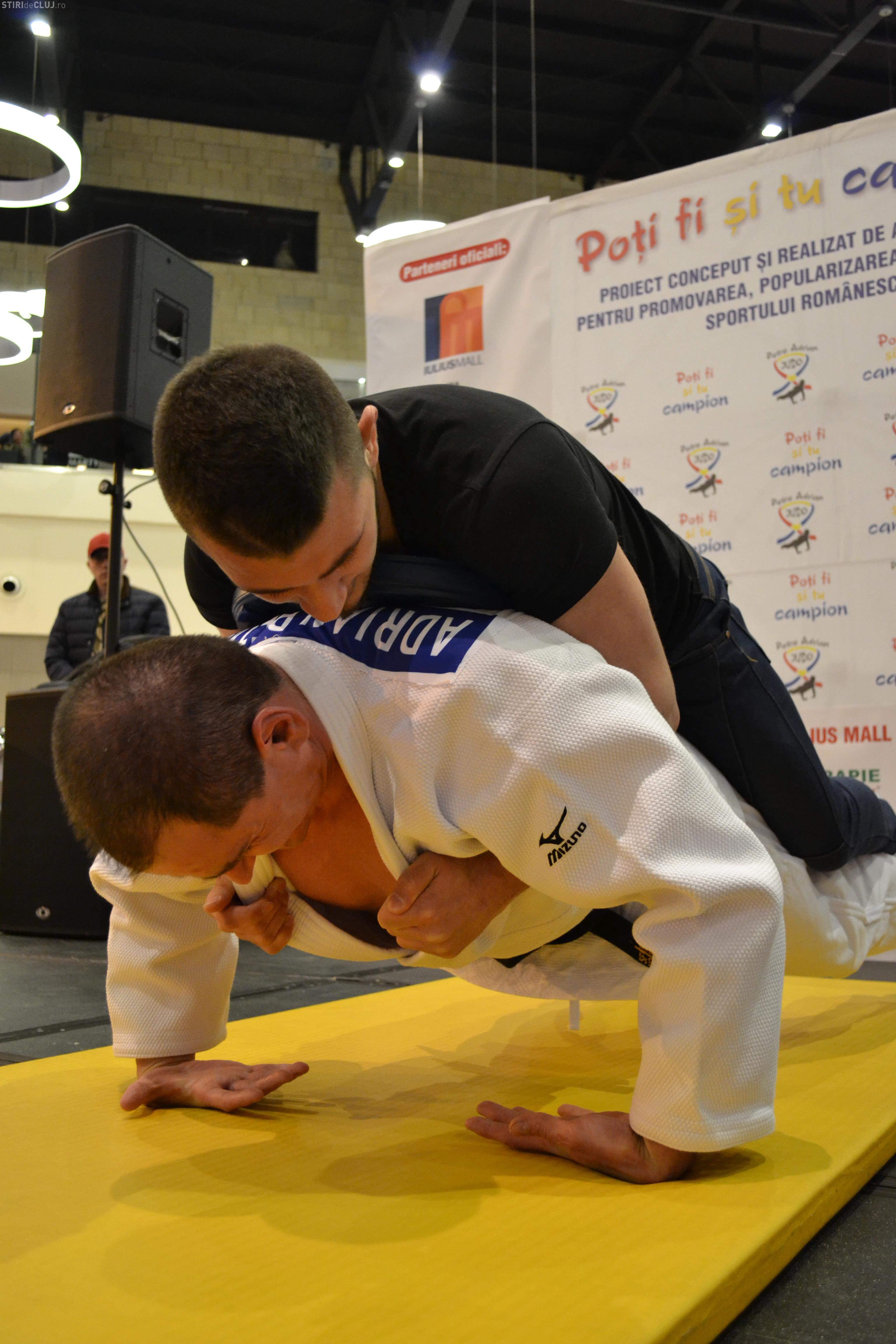 Jandarmul clujean Adrian Petre a doborât un nou record. A făcut flotări pe dosul palmelor cu aproape 90 kg pe el