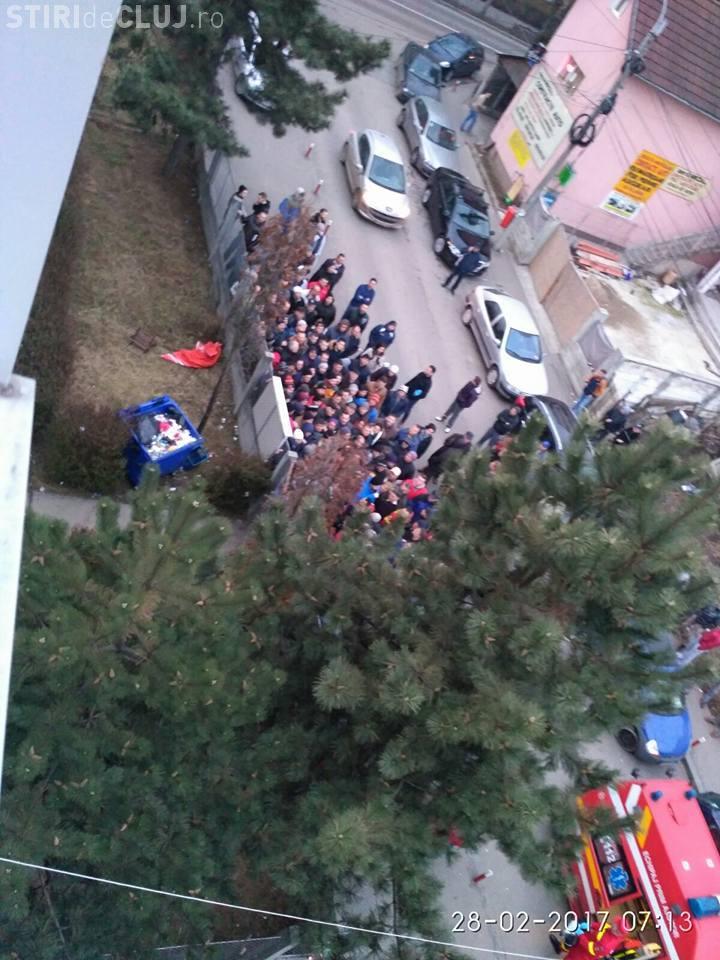 Scandal la Înmatriculări Cluj: Leșină oamenii și nu pleacă pentru a nu-și pierde rândul - FOTO