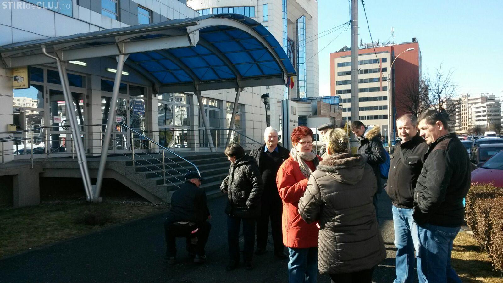 Angajații de la Paza și Protecție Cluj protestează la Consiliul Județean. Firma ar intra în insolvență FOTO