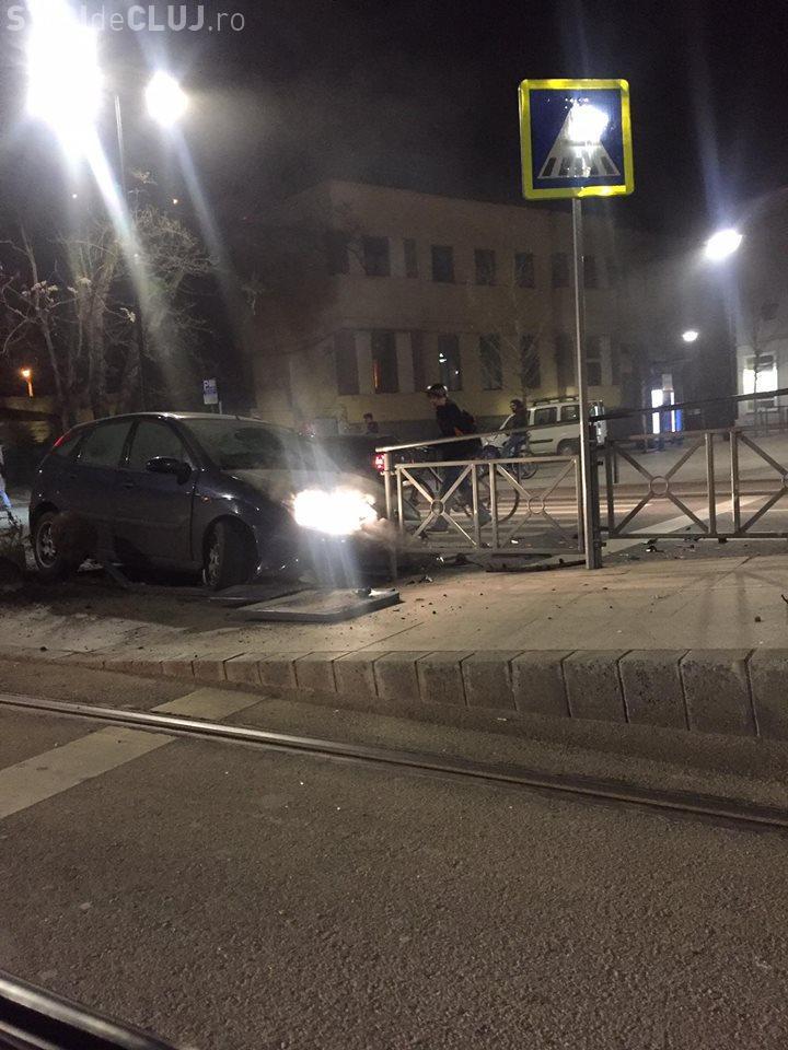 Accident la Opera Maghiară, din Cluj. Un șofer și-a făcut PRAF mașina în refugiul de tramvai FOTO