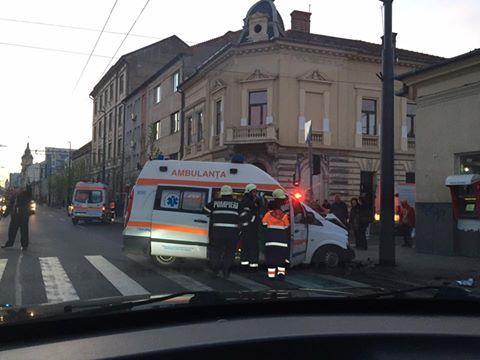 Accident pe Moților! O ambulanță a fost lovită în timp ce mergea spre Mănăștur - FOTO