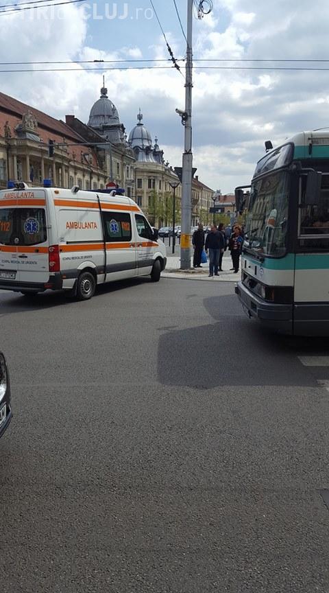 Clujean lovit de autobuz în timp ce fugea pe trecerea de pietoni. Traversa pe roșu FOTO