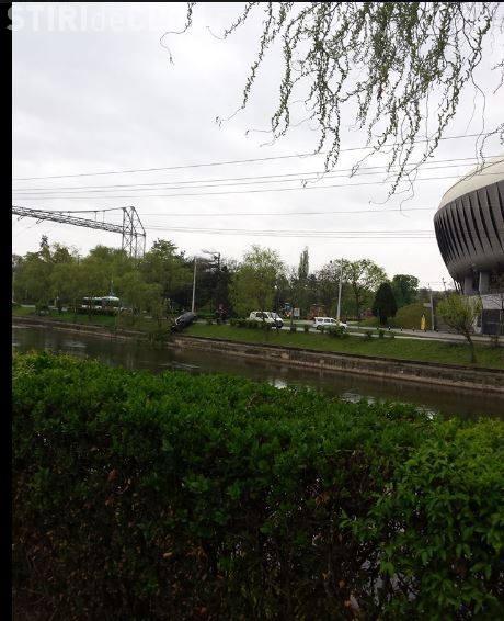 Cluj - Lângă Cluj Arena, un șofer DISTRAT era să cadă de Paște cu mașina în Someș - FOTO