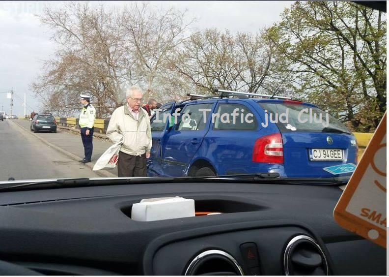 CLUJ: Neatenția în trafic poate costa! Doi șoferi s-au ciocnit cu mașinile la Podul Gării FOTO