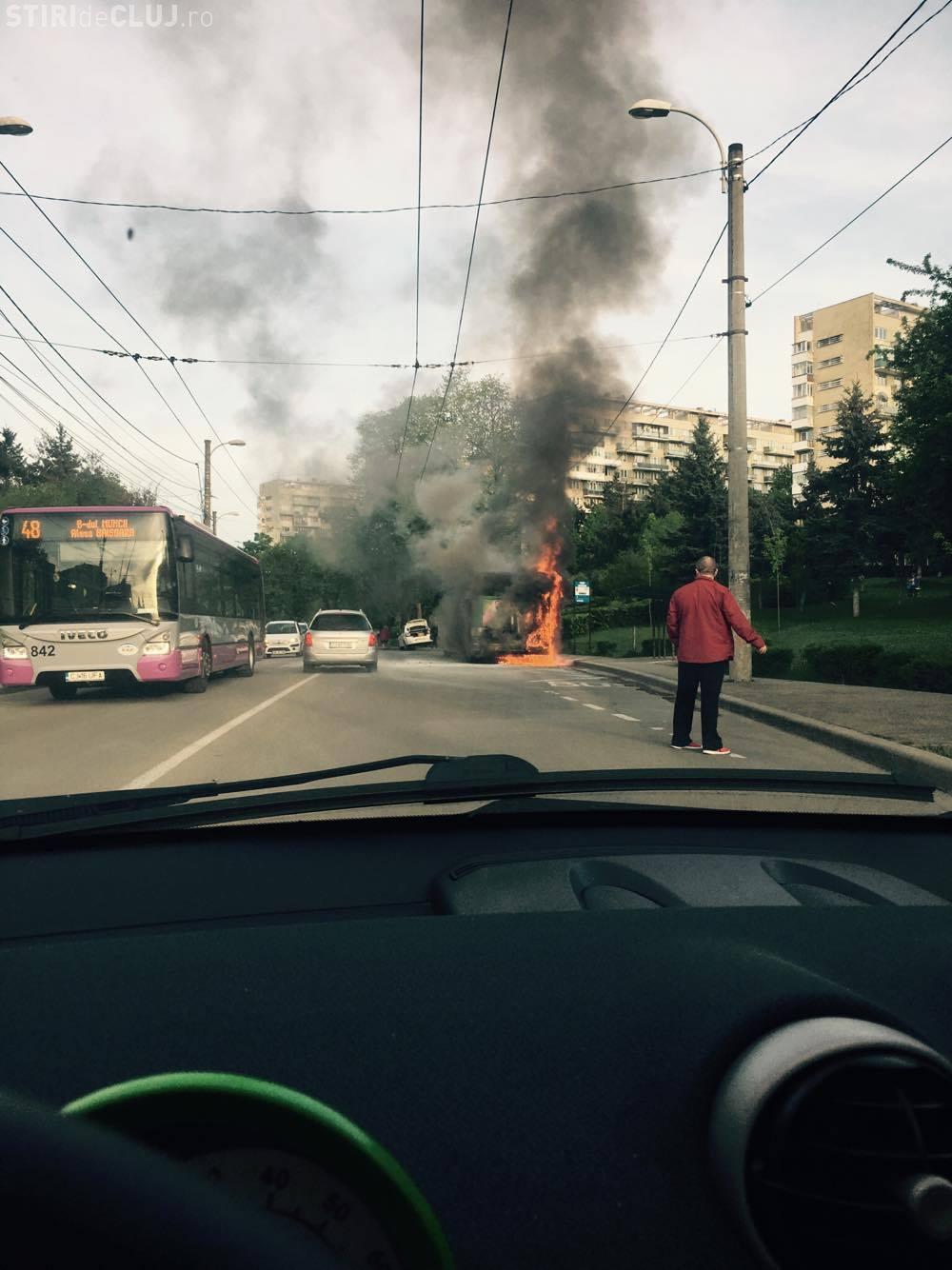 Un autobuz a izbucnit în flăcări în cartierul Gheorgheni! Șoferul a reacționat rapid VIDEO