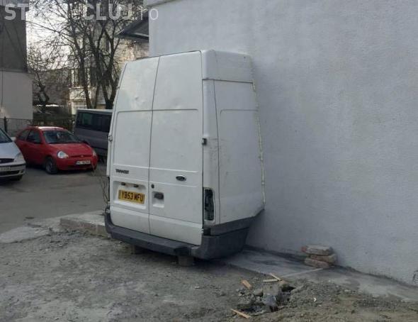 Un român și-a zidit duba în bloc