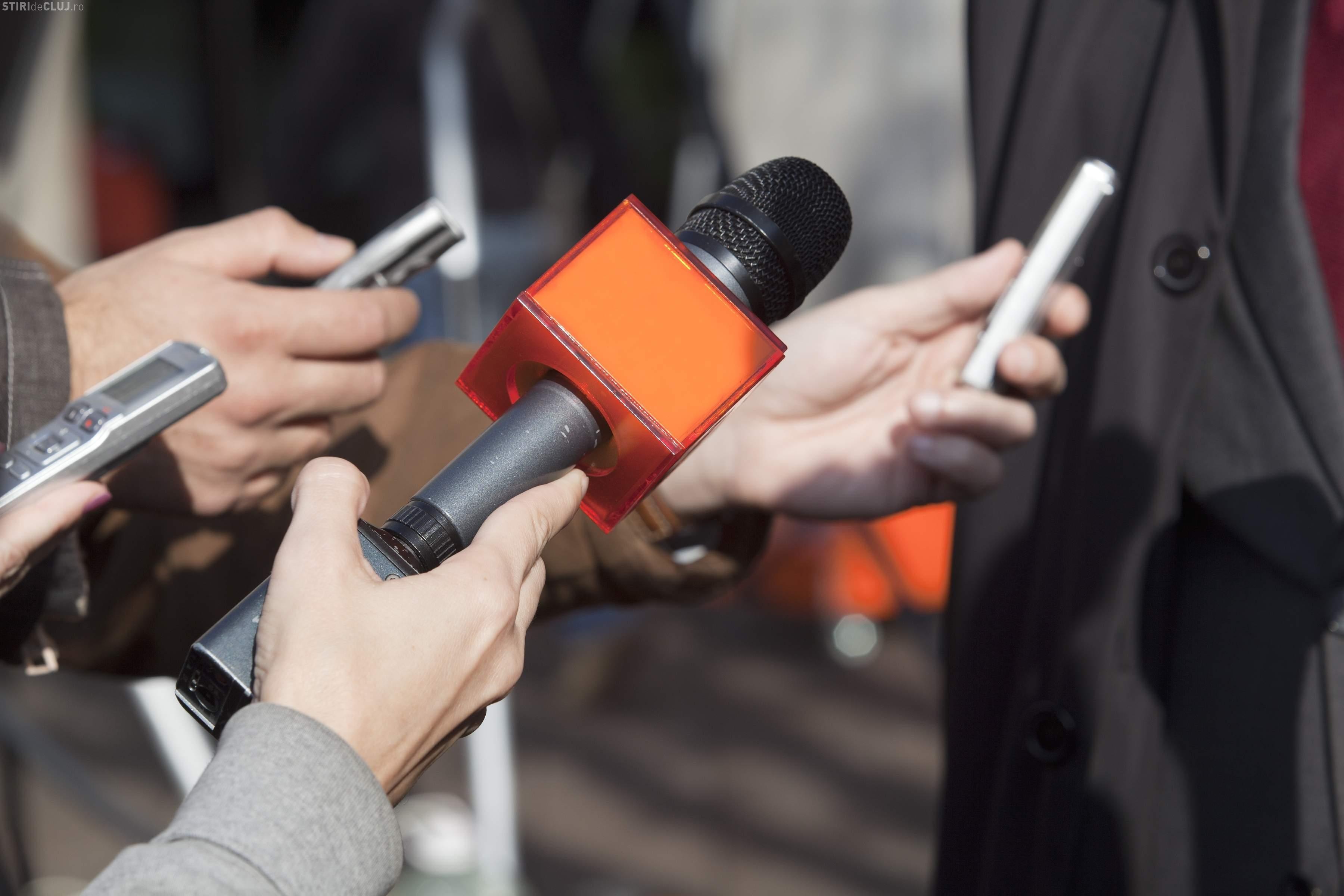 Jurnaliști agresați pe stradă la Cluj. Scandalagiul le-a lovit și mașina