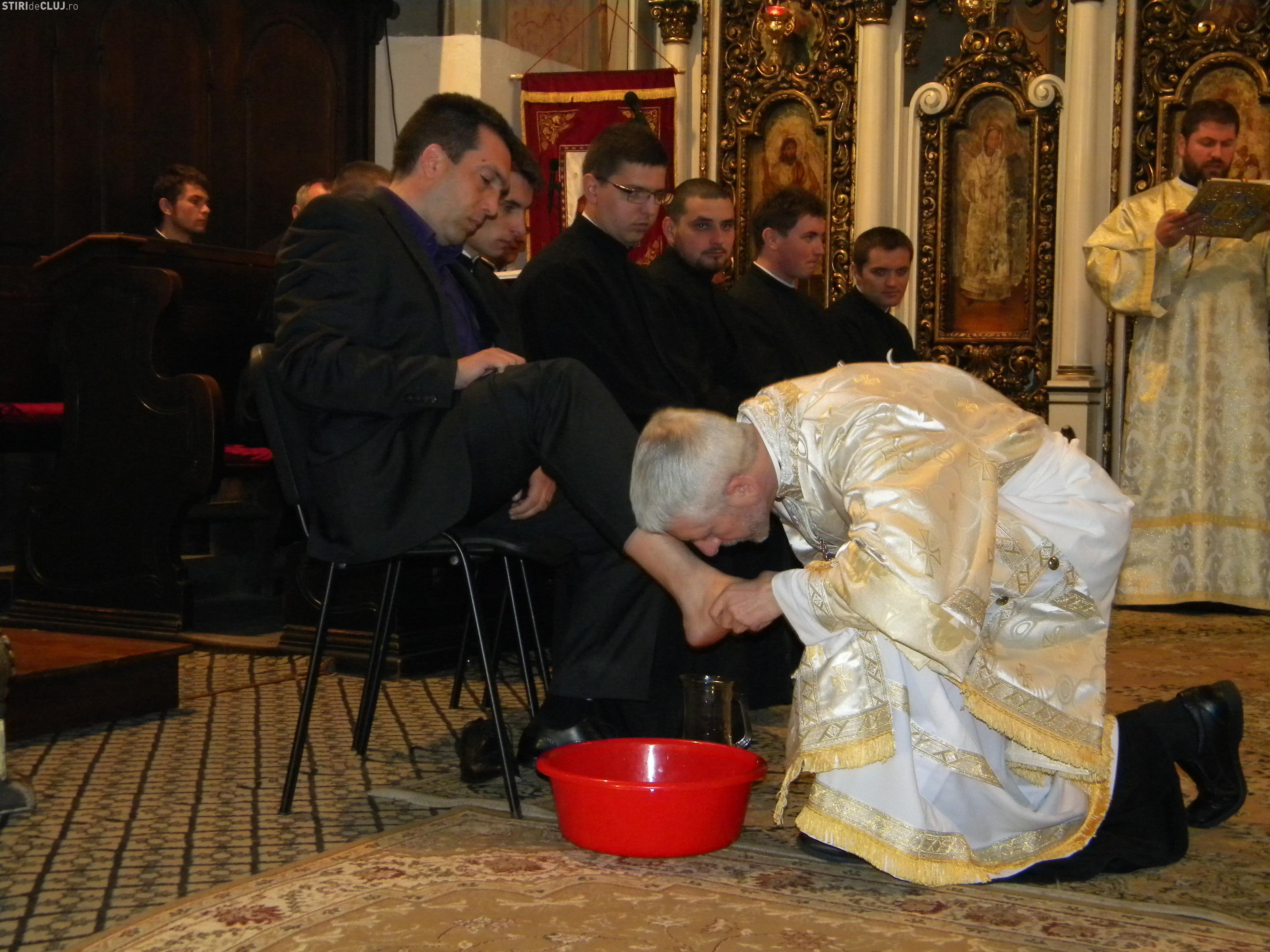 """Ceremonia spălării picioarelor refăcută la Catedrala """"Schimbarea la Faţă"""" din Cluj-Napoca"""