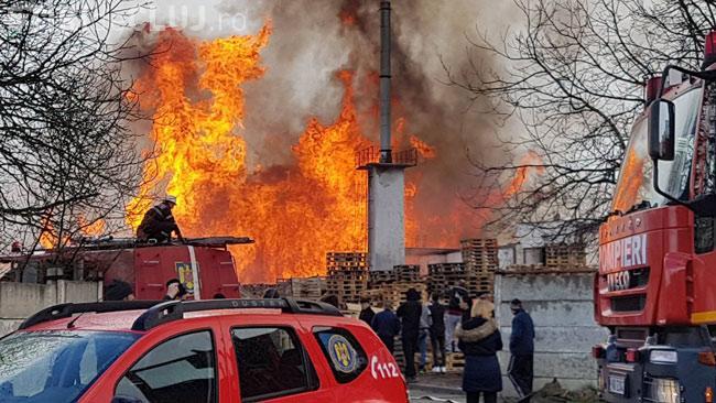 CLUJ: Incendiu uriaș la un depozit de paleți din Mihai Viteazu. Poliția a deschis un dosar penal