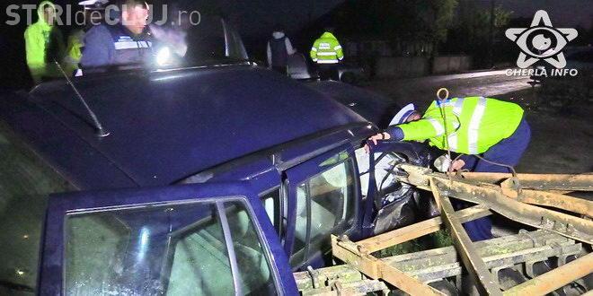 CLUJ: Teribilismul și alcoolul i-au băgat pe doi tineri în spital. Au făcut prăpăd pe șosea și s-au oprit cu mașina într-un cap de pod VIDEO