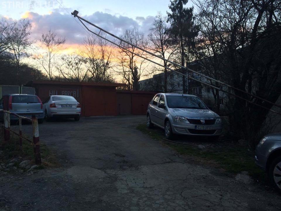 Mănășturenii de pe strada Parâng și-au făcut SINGURI parcare cu barieră. Cine ia taxa? - FOTO