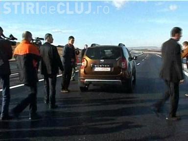 Emil Boc a gonit cu Duster -ul  pe autostrada Transilvania si s-a simtit ca intr-o alta tara! - VIDEO