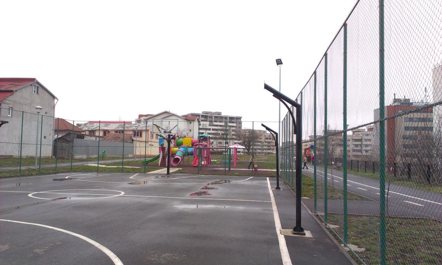 HALUCINANT E PUȚIN SPUS! Primăria Cluj a desființat un teren de baschet pentru că se fisurau casele de lângă