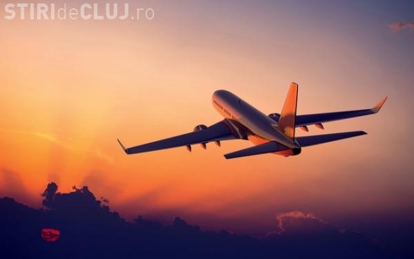 Incident neobișnuit pe un Aeroport din România. O femeie a fost scoasă din avion cu ajutorul medicilor