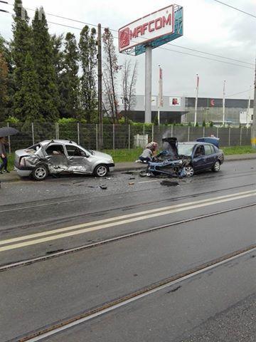 Accident grav pe Bulevardul Muncii! Două persoane au fost rănite FOTO