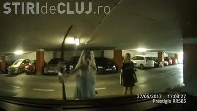 Parcarea Primăriei Cluj-Napoca! O blondă s-a răzbunat pentru că nu știa să scoată mașina din parcare - VIDEO