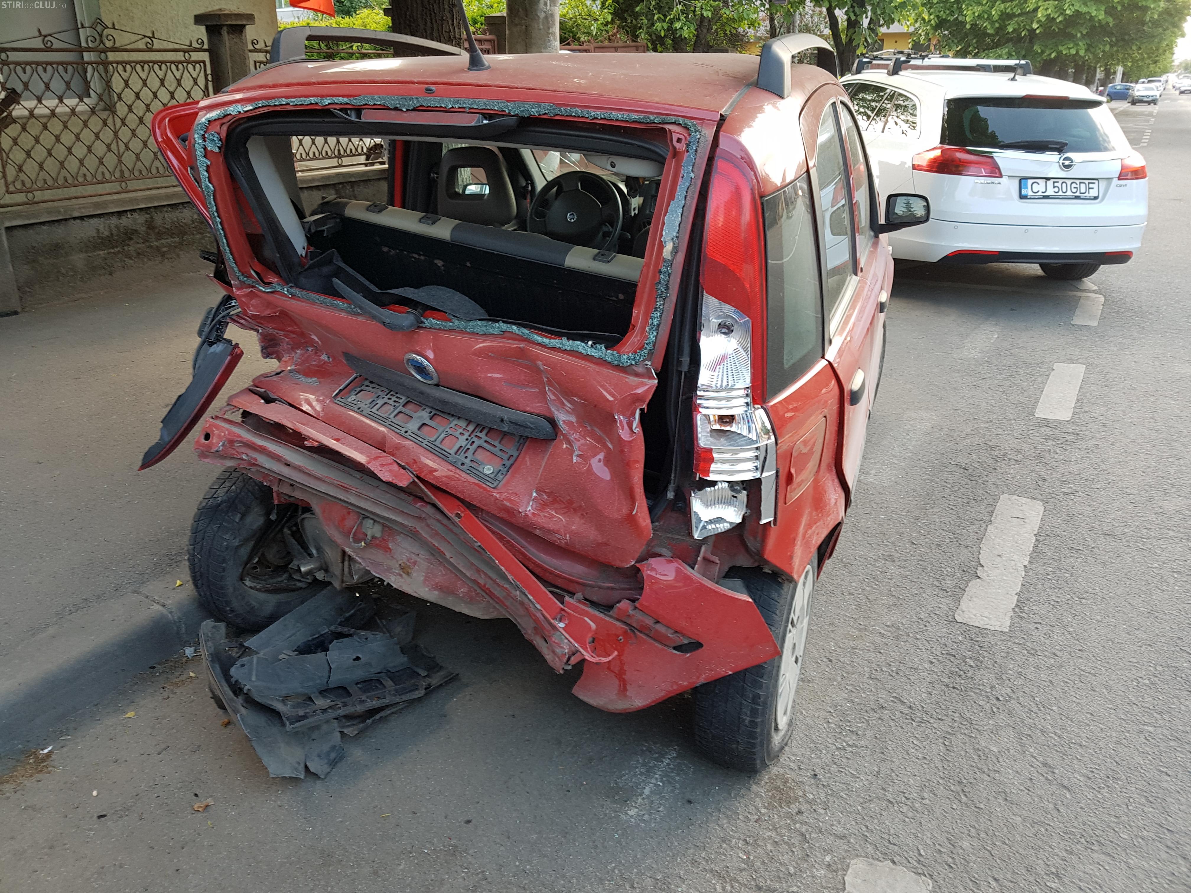 Șoferii de pe Brâncuși se tem să își lase mașinile parcate pe stradă. Un BMW a spulberat 2 mașini - VIDEO