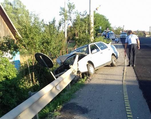 CLUJ: Neatenția și oboseala la volan pot cauza victime! Un șofer a intrat cu mașina într-un parapet FOTO
