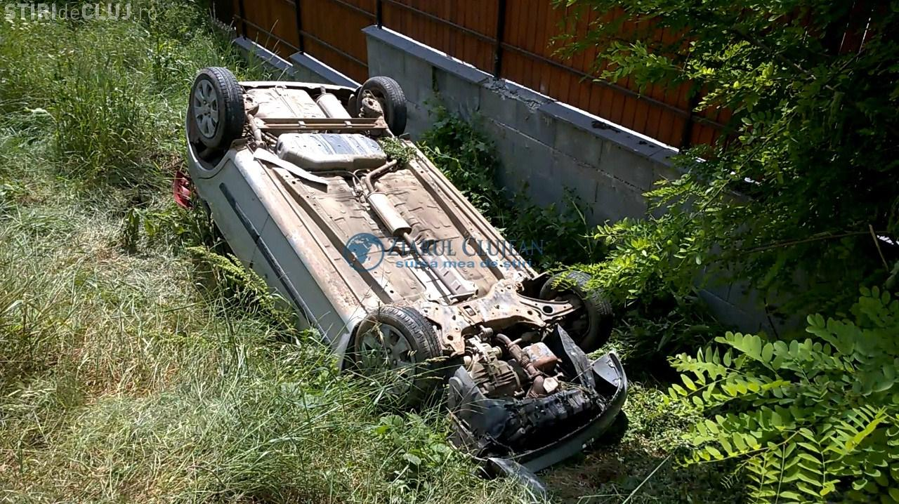 INCONȘTIENȚĂ PURĂ! Un clujean de 18 ani, beat la volan și fără permis, s-a răsturnat cu mașina într-o curte VIDEO