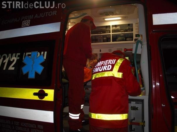 Accident grav pe un drum din Cluj! Trei persoane au ajuns la spital, după ce un șofer a adormit la volan și s-a răsturnat cu mașina
