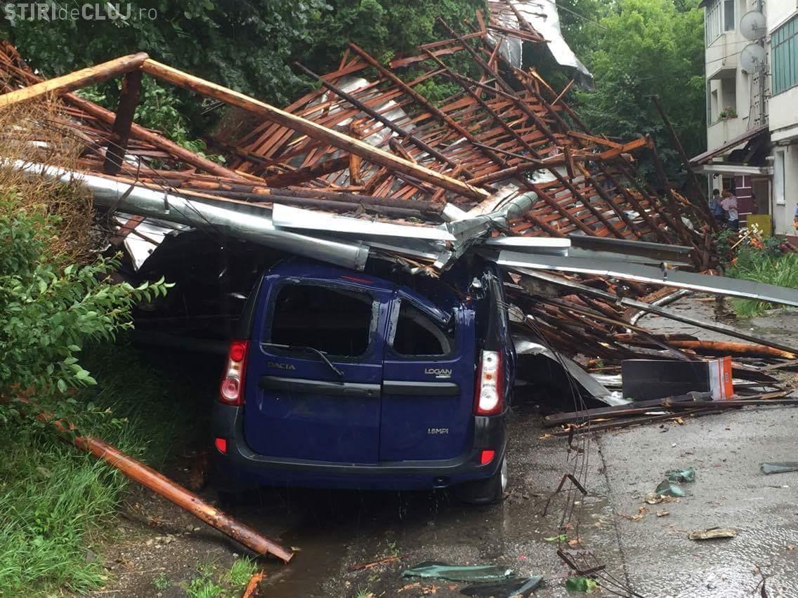 Furtună în Cluj! Vântul a rupt copaci și a distrus mașini - FOTO