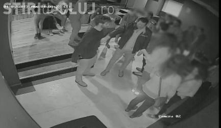 Huligani, căutați de polițiștii clujeni după ce au vandalizat mai multe mașini pentru a fura oglinzile. Îi recunoașteți? VIDEO