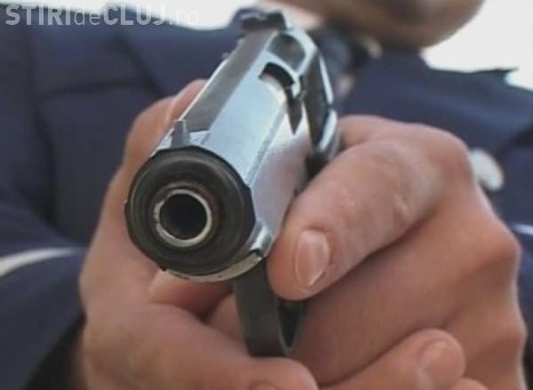 Cluj: O femeie cu un cuțit și concubinul ei i-au făcut pe polițiști să tragă