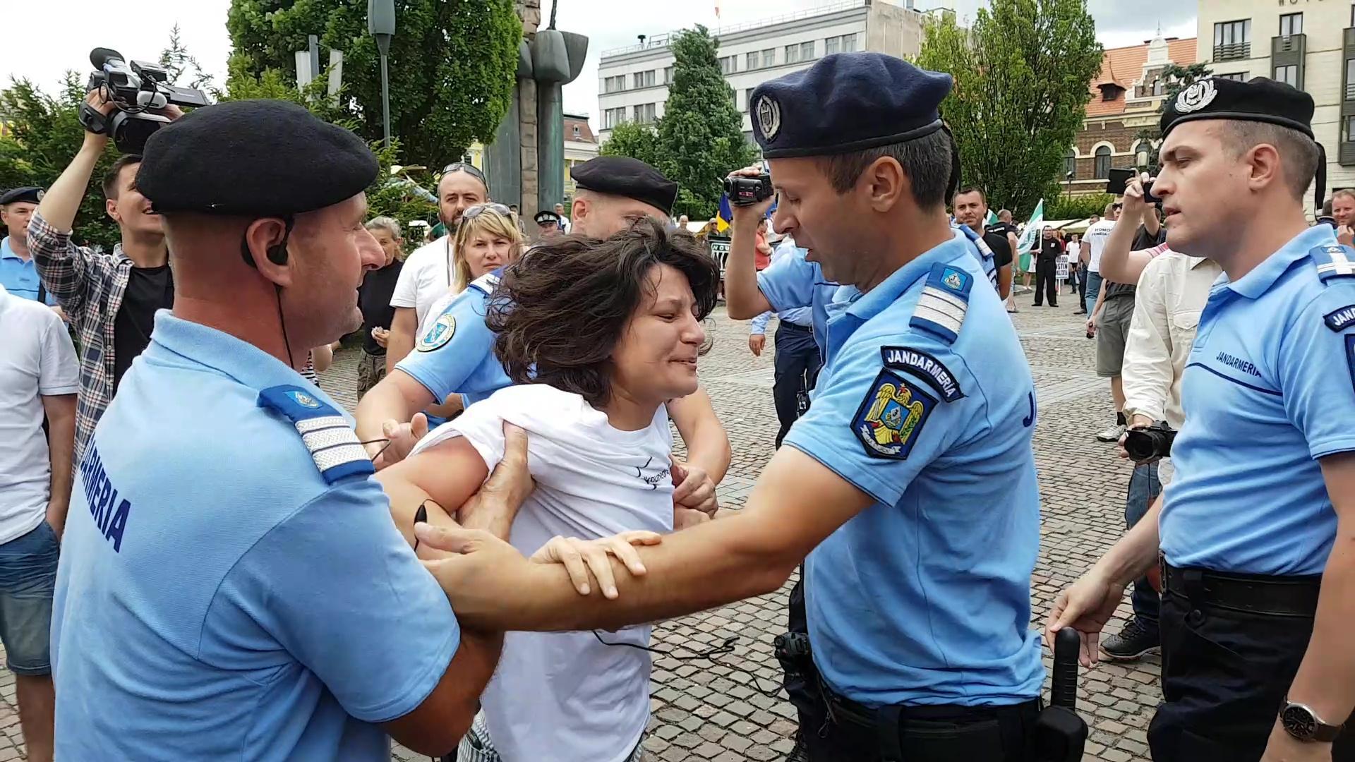 Cluj: Actrița Oana Mardare, agresată de jandarmi la mitingul ANTI gay, organizat de Noua Dreaptă - VIDEO