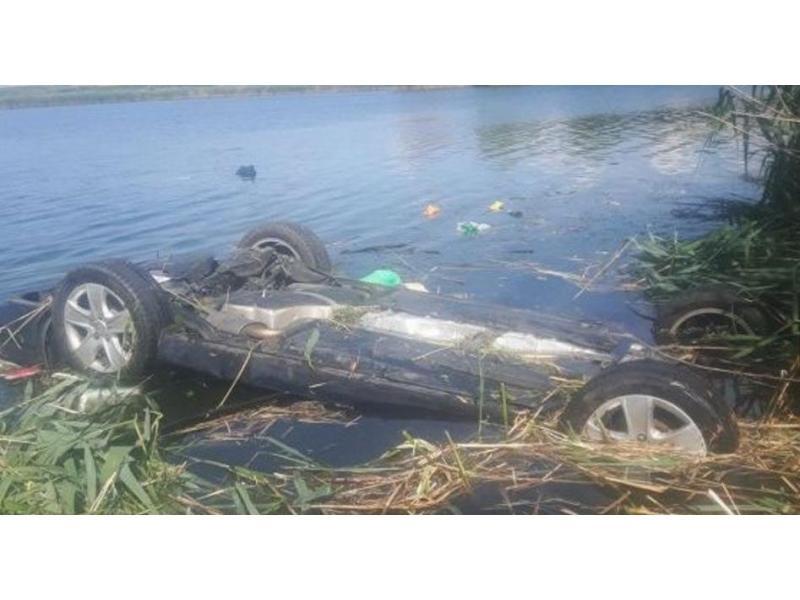 Un polițist erou, din Transilvania, a salvat o familie de la moarte sigură, în urma unui accident! A sărit într-un lac după ei FOTO