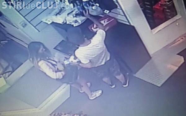 Tineri surprinși de camerele de supraveghere în timp ce fură dintr-un mall din Cluj. Îi recunoașteți? VIDEO