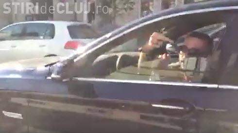 Cluj-Napoca: Un BMW -ist i-a tăiat calea și apoi i-a arătat degetul mijlociu cu TUPEU - VIDEO